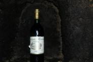 láhev francouzského vína z roku 1976 z recepce princezny Dainy
